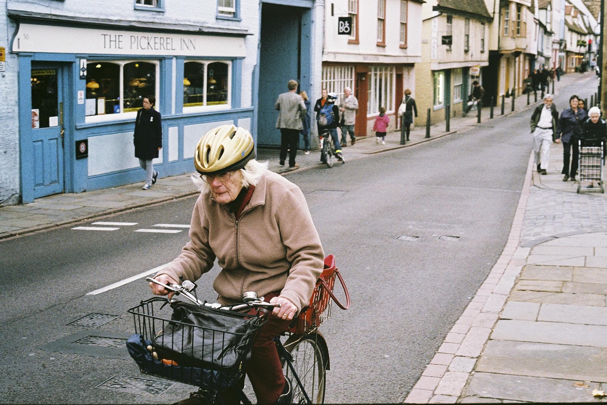 Lustige Frau auf Bike
