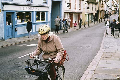 alte-dame-auf-fahrrad-england