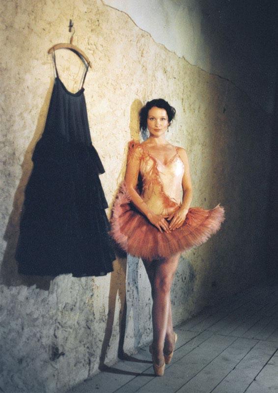Ballerina-neben-schwarzem-kleid